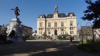 Place_de_la_mairie_de_Tarbes_.jpg