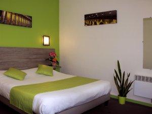 Chambre confort, à grand lit ou lits jumeaux, et bain
