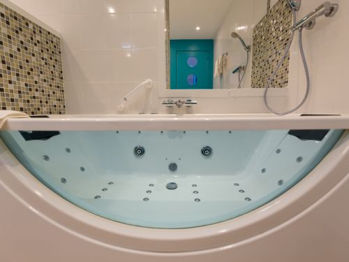 chambre avec bain jacuzzi regina hotel bordeaux  2