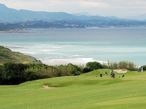 Venez passer un bon moment en famille dans l'un des Golfs de la région du Pays Basque situées à proximité de l'Hôtel Le Relais Saint Jacques